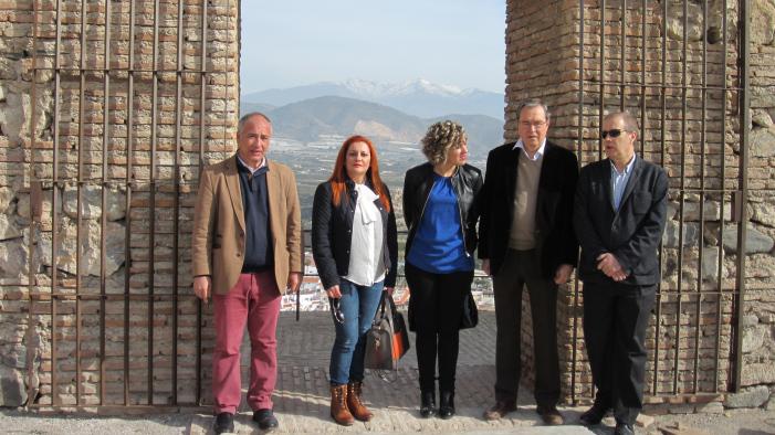 Representantes políticos y técnicos a la entrada del monumento.