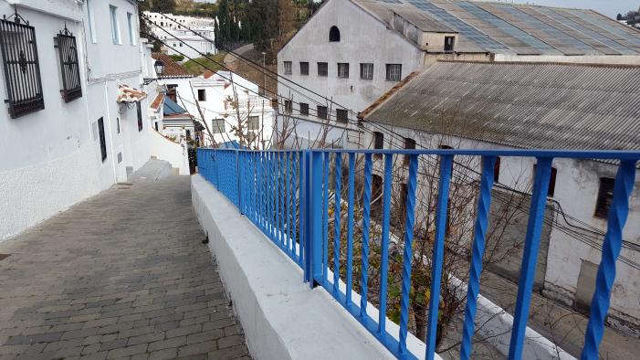 La Caleta-La Guardia se visten de azul ante el descontento de algunos vecinos