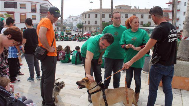Unas doscientas personas participan en el 'Día de tu perro' celebrado en Salobreña