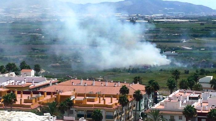 Un incendio afecta a una zona rural de Salobreña muy cercana a una gasolinera