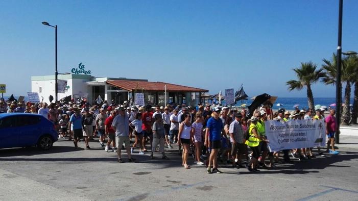 Centenares de vecinos de las urbanizaciones de la playa se manifiestan demandando mejoras