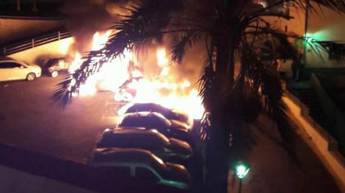 Arden cuatro vehículos en el aparcamiento del antiguo mercado de Salobreña