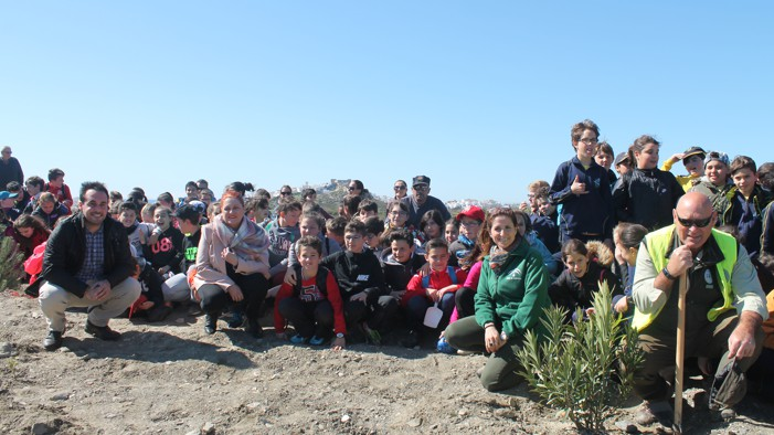 Escolares de la Villa plantan árboles en el parque fluvial