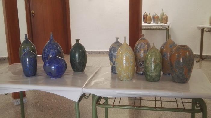 El escultor Emilio Alaminos expone 40 piezas de cerámica en el Casco Antiguo de Salobreña