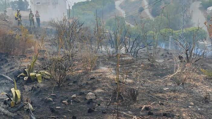 El Infoca sofoca un incendio junto a la urbanización Costa Aguilera de Salobreña