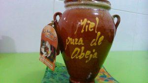 La miel de la Alpujarra, uno de los productos característicos de la vecina comarca, tiene gran aceptación en toda la provincia
