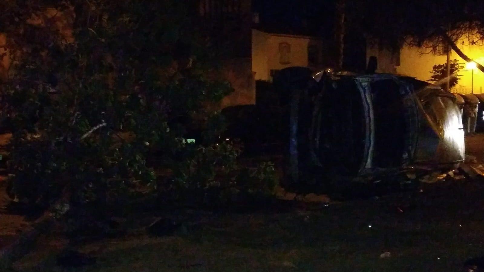 Cuatro heridos leves tras el vuelco de un vehículo esta madrugada en la Avenida de Andalucía de Salobreña